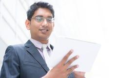 Indische zakenman die computertablet gebruiken Royalty-vrije Stock Foto