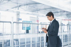 Indische zakenman die tabletcomputer met behulp van Royalty-vrije Stock Afbeeldingen