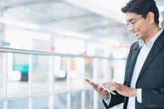 Indische zakenman die tabletpc met behulp van Stock Foto's
