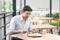 Indische zakenman die voedsel eten Royalty-vrije Stock Foto's