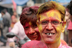 Indischer älterer hindischer Mann feiern Holi oder indisches hindisches Festival von Farben eine jährliche Veranstaltung Lizenzfreie Stockfotos