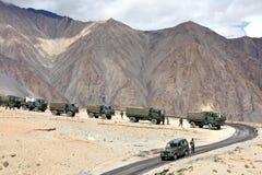 Indischer Armeekonvoi von LKWs Stockfotografie