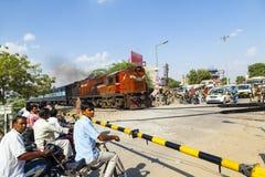 Indischer Bahnzug führt einen Niveauübergang Lizenzfreies Stockbild