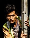Indischer Bauarbeiter untersucht die Kamera stockbild