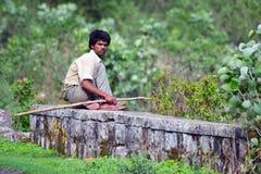 Indischer Cowboy sitzendes roadsite Lizenzfreies Stockbild