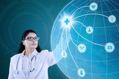 Indischer Doktor, der medizinische Ikone bedrängt Lizenzfreie Stockfotos