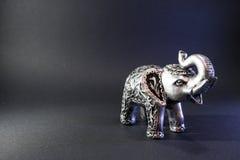 Indischer Elefant-Figürchen auf schwarzem Hintergrund Grey Figure Feng-shui Statuensymbol für gutes Glück Glaskerzen, Oberteile u stockbilder
