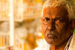 Indischer Ethniestallinhaber untersucht die Kamera stockfotos