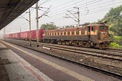 Indischer Güterzug, der an einem Bahnhof in Süd-Kolkata steht Stockbilder