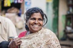 Indischer Gemüsestraßenmarkt-Frauverkäufer im Freien stockfoto