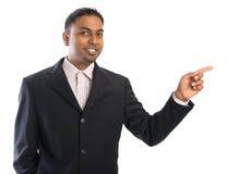 Indischer Geschäftsmann, der auf Leerstelle zeigt. Stockfoto