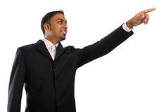 Indischer Geschäftsmann, der auf Leerzeichen zeigt Stockfoto