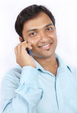 Indischer Geschäftsmann, der auf Mobiltelefon spricht Lizenzfreie Stockfotografie