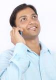 Indischer Geschäftsmann, der auf Mobiltelefon spricht Stockbild