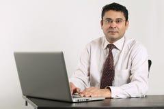 Indischer Geschäftsmann, der an Laptop arbeitet Lizenzfreies Stockfoto