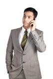Indischer Geschäftsmann, der Mobiltelefon verwendet Stockfoto