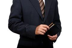 Indischer Geschäftsmann, der seine Kreditkarte herausnimmt. Lizenzfreies Stockfoto