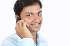 Indischer Geschäftsmann, der um Telefon ersucht Stockfoto