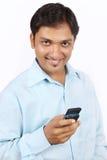 Indischer Geschäftsmann mit Handy Lizenzfreie Stockfotografie