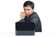 Indischer Geschäftsmann mit Laptop stockfoto