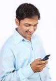 Indischer Geschäftsmann mit Zelle Stockfotografie