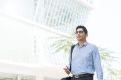 Indischer Geschäftsmann, der am Telefon spricht Stockbild