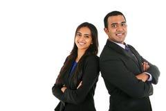 Indischer Geschäftsmann und Geschäftsfrau in der Gruppe, die mit den gefalteten Händen steht Lizenzfreie Stockbilder