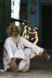 Indischer Guru kümmert sich um Jungen Lizenzfreie Stockbilder