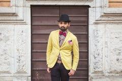 Indischer gutaussehender Mann, der in einem städtischen Zusammenhang aufwirft Stockfotos