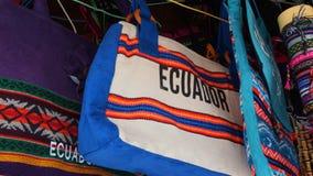 Indischer handgemachter Taschenverkauf an einem Handwerksspeicher im Pasaje Artesanal im Stadtzentrum der Stadt von Banos Stockfoto