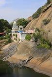 Indischer hindischer Tempel mit Gebirgshintergrund Stockbilder