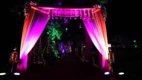 Indischer Hochzeitswillkommensbogen mit Beleuchtung stock footage