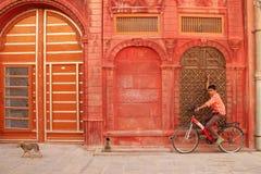 Indischer Junge auf dem Fahrrad Stockfotos