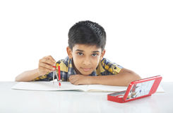 Indischer Junge mit Zeichenzirkel Stockfotos