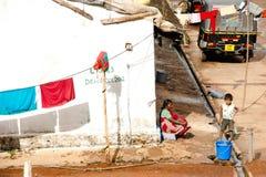 Indischer Junge und seine Großmutter nahe thear Haus am kleinen schlechten Dorf Stockfotografie
