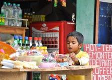 Indischer Junge wählt Imbiß im Lebensmittelgeschäft aus Lizenzfreie Stockfotografie