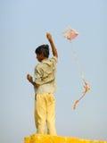 Indischer Jungenfliegendrachen Lizenzfreie Stockfotografie