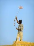 Indischer Jungenfliegendrachen vom Dach des traditionellen Hauses in Tha Lizenzfreie Stockfotos