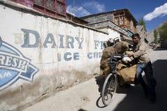 Indischer Kerl durch Fahrrad. Stockfoto
