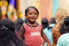 Indischer kleiner Junge mit Rosenbeet Stockfotos