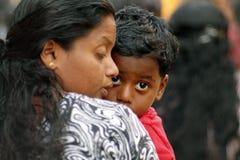 Indischer kleiner Junge mit seiner Mutter Lizenzfreie Stockbilder