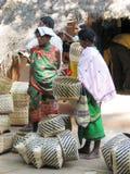 Indischer Korbmarkt im ländlichen Gebiet Lizenzfreies Stockfoto