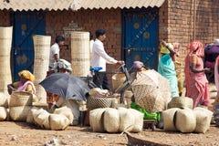Indischer Korbmarkt im ländlichen Gebiet Stockbild