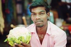 Indischer männlicher Verkäufer am allgemeinen Gemüsemarkt lizenzfreies stockbild