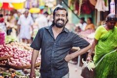 Indischer männlicher Verkäufer am allgemeinen Gemüsemarkt stockfotos