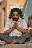 Indischer Mann betet während der Eklipse Lizenzfreies Stockbild