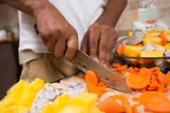 Indischer Mann, der Abendessen kocht Lizenzfreies Stockbild