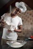 Indischer Mann, der Abendessen kocht Stockbilder