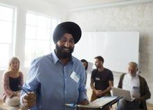 Indischer Mann, der in einer Community-Gruppe sich darstellt Stockfoto