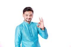 Indischer Mann in der ethnischen Abnutzung, Geste mit der Hand zeigend, lokalisiert über weißem Hintergrund stockfotografie